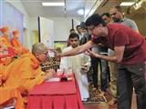A devotee performs pujan of Priyaswaryp Swami before parayan