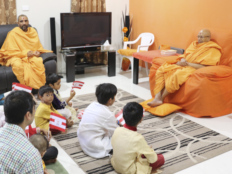 Pujya Tyagvallabh Swami arrives at Darwin