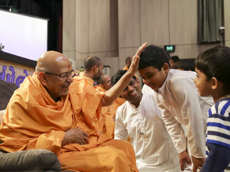 Pujya Tyagvallabh Swami blesses children
