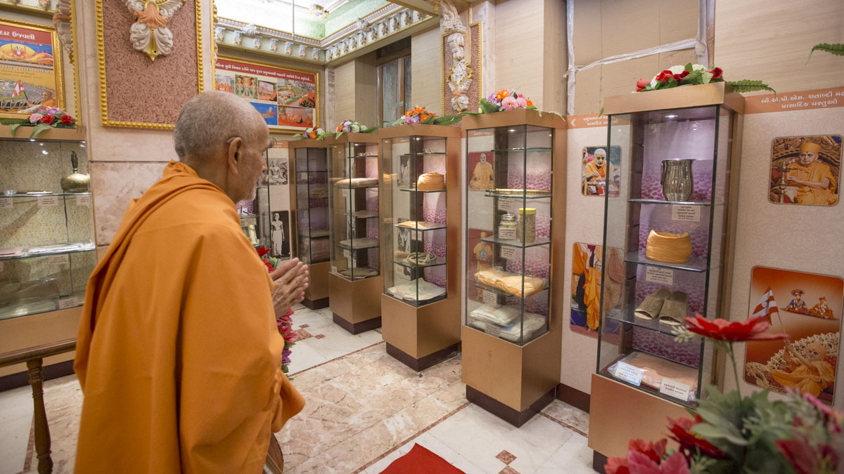 Swamishri engrossed in darshan of holy relics, 20 May 2017