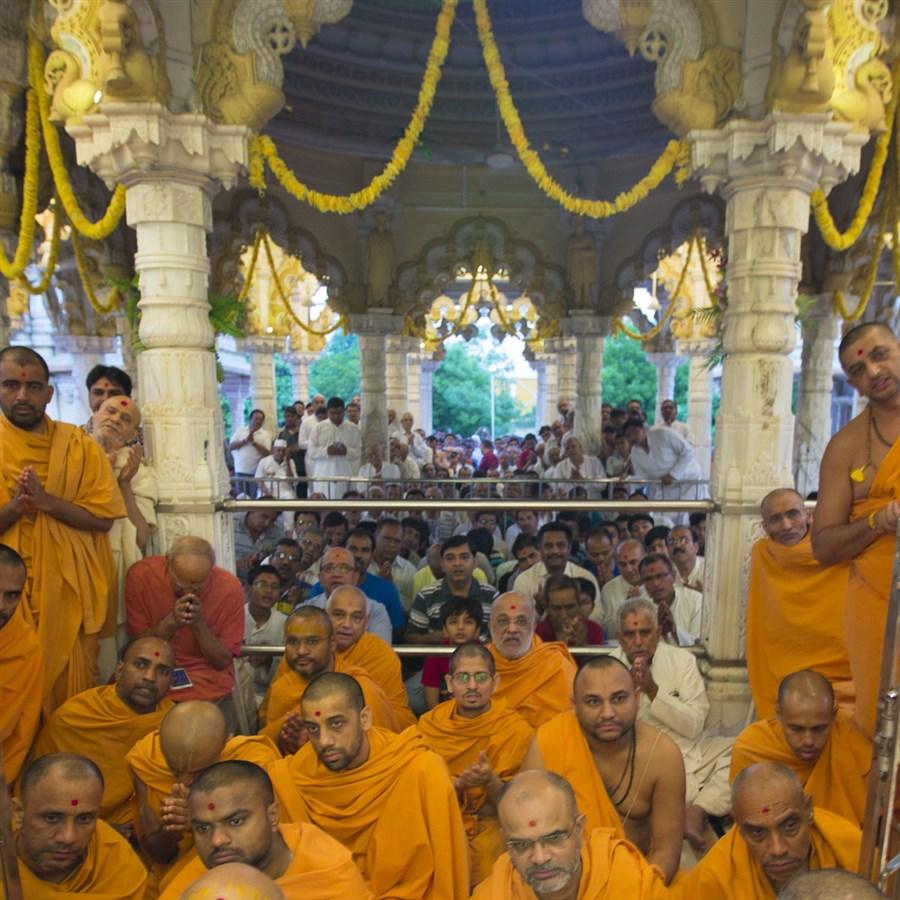 Sadhus and devotees doing darshan of Swamishri, 20 May 2017