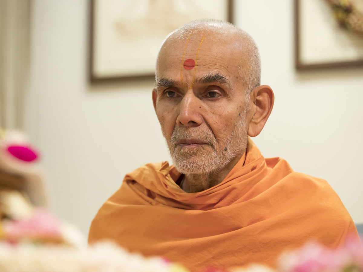 Swamishri performs his morning puja, 20 May 2017