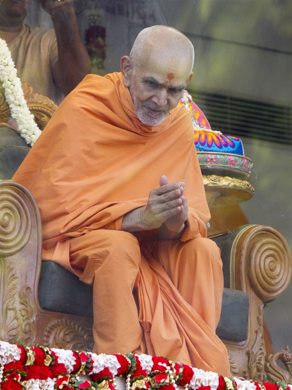 Swamishri greets devotees with 'Jai Swaminarayan', 20 May 2017