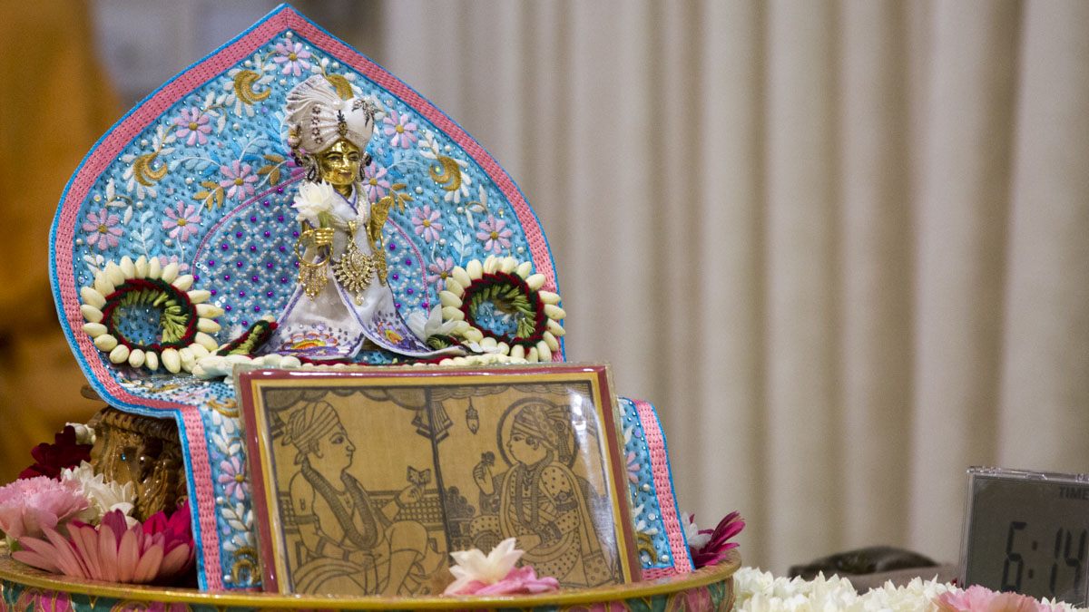 Swamishri worships Shri Harikrishna Maharaj in his morning puja, 21 May 2017