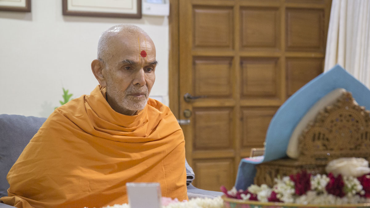 Swamishri performs his morning puja, 21 May 2017