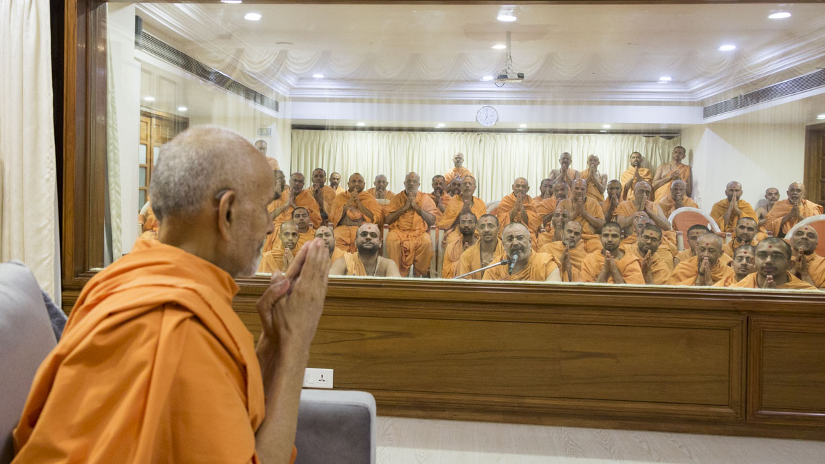 Sadhus doing darshan of Swamishri, 21 May 2017