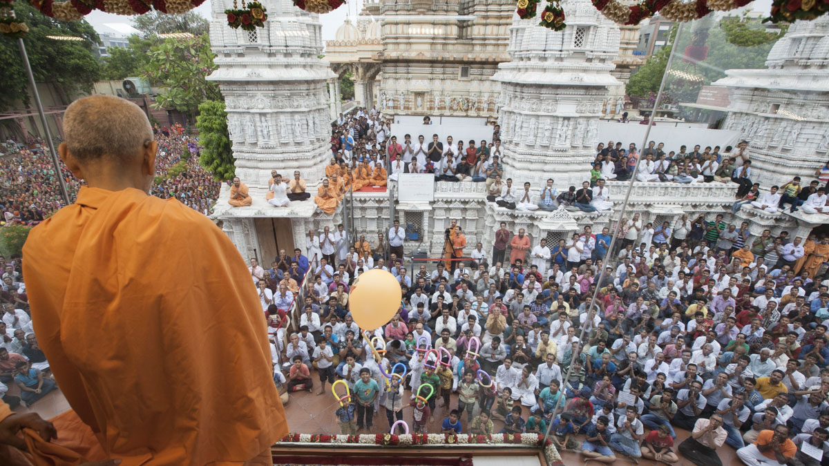 Swamishri arrives in Akshar Jharukho in the morning, 21 May 2017