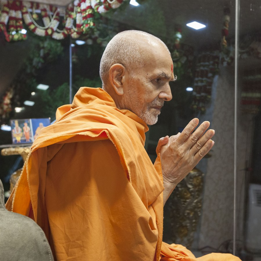 Swamishri arrives in Akshar Jharukho in the evening, 21 May 2017