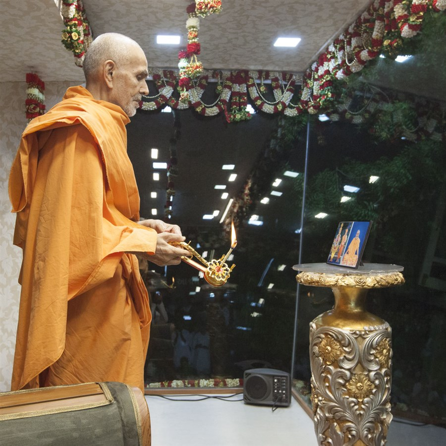 Swamishri performs evening arti, 21 May 2017