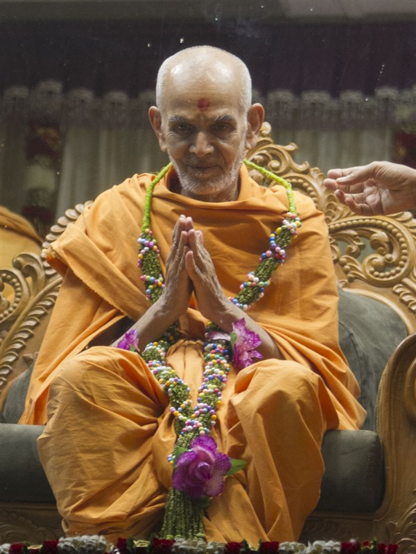 Swamishri honored with a garland, 21 May 2017