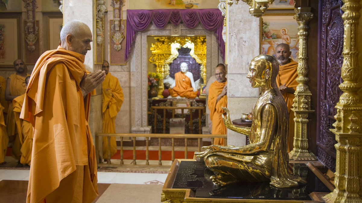 Swamishri engrossed in darshan of Bhagwan Swaminarayan, 22 May 2017
