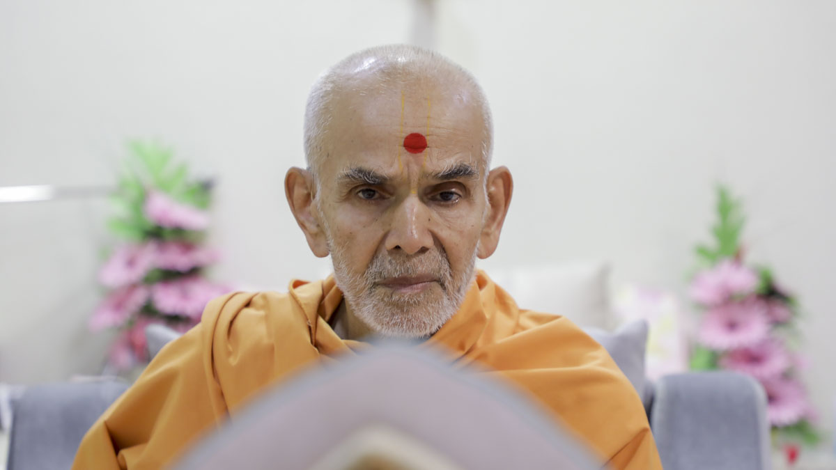 Swamishri performs his morning puja, 22 May 2017