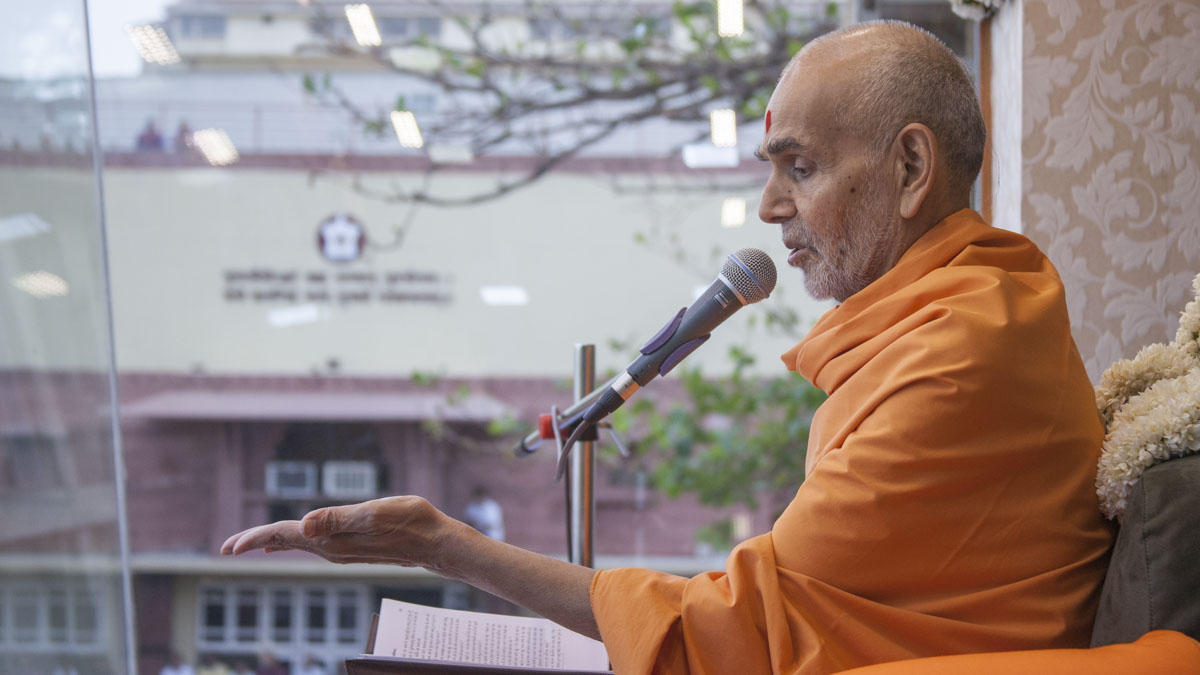 Swamishri blesses devotees, 22 May 2017