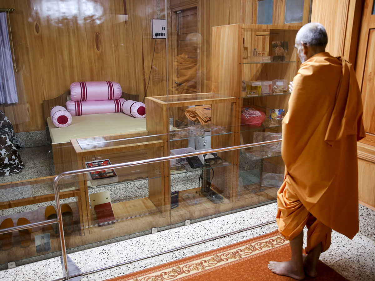 Swamishri doing darshan in the old room of Brahmaswarup Pramukh Swami Maharaj, 1 Jun 2017