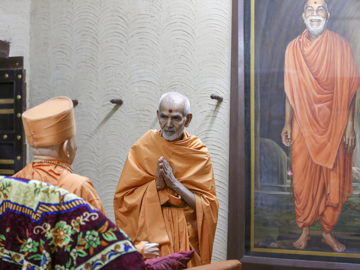 Swamishri engrossed in darshan of Brahmaswarup Yogiji Maharaj, 1 Jun 2017