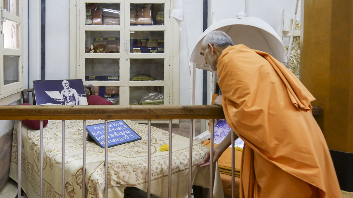 Swamishri engrossed in darshan in the Rang Mandap, 1 Jun 2017