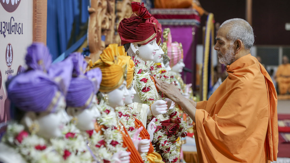 Swamishri performs pratishtha rituals, 1 Jun 2017