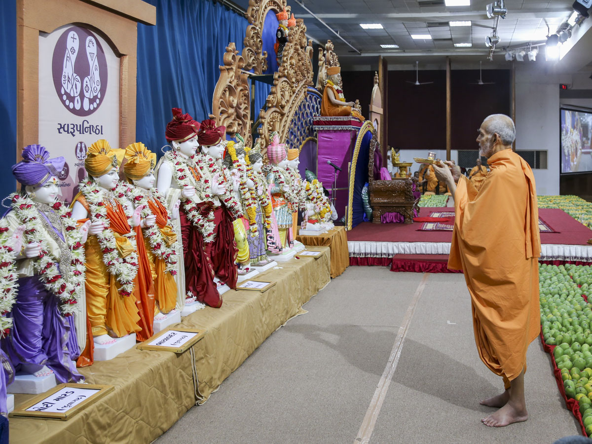 Swamishri performs pratishtha arti, 1 Jun 2017