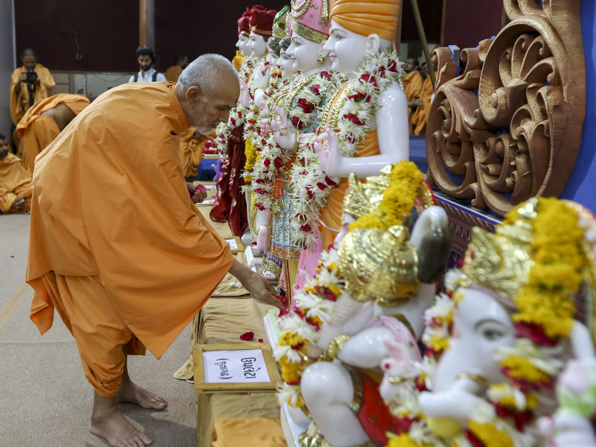 Swamishri offers mantra-pushpanjali, 1 Jun 2017