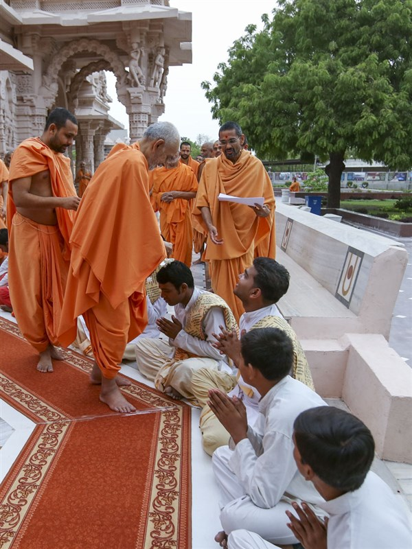 Swamishri blesses students of BAPS Swaminarayan Sanskrit Mahavidyalaya, 2 June 2017