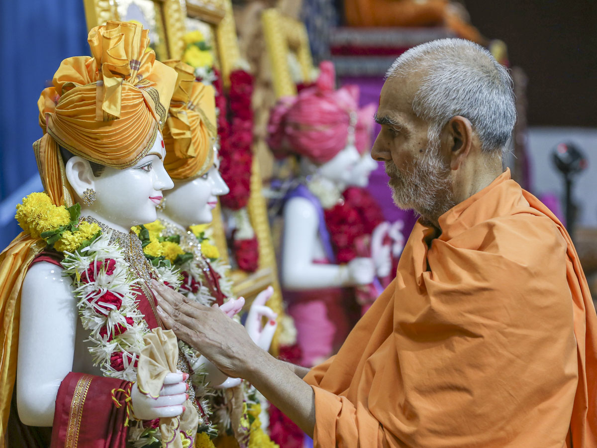 Swamishri performs pratishtha rituals, 2 June 2017