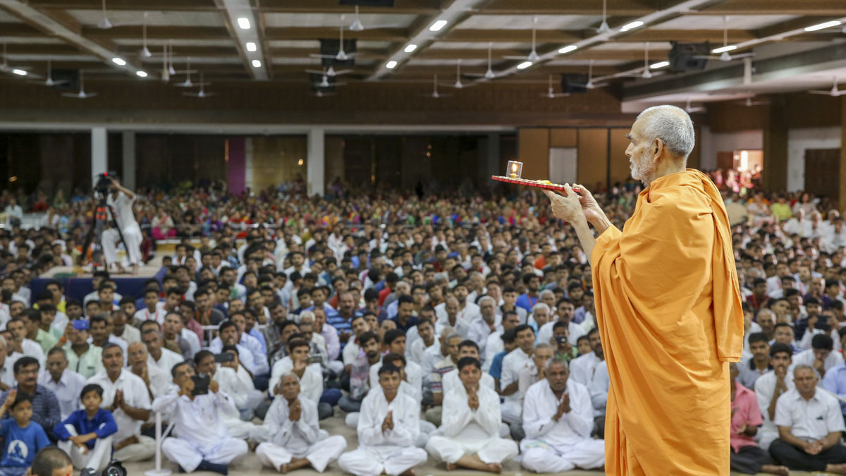 Swamishri performs pratishtha arti, 2 June 2017