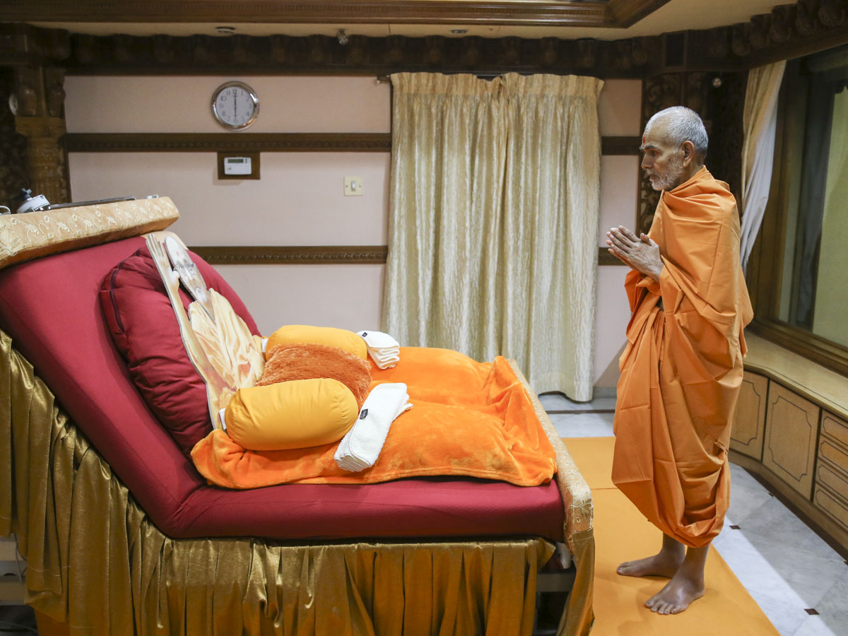 Swamishri doing darshan in Brahmaswarup Pramukh Swami Maharaj's room, 3 June 2017