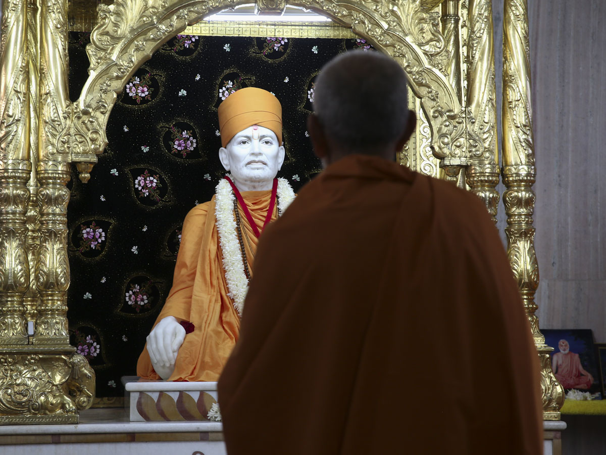 Swamishri engrossed in darshan of Brahmaswarup Shastriji Maharaj, 3 June 2017