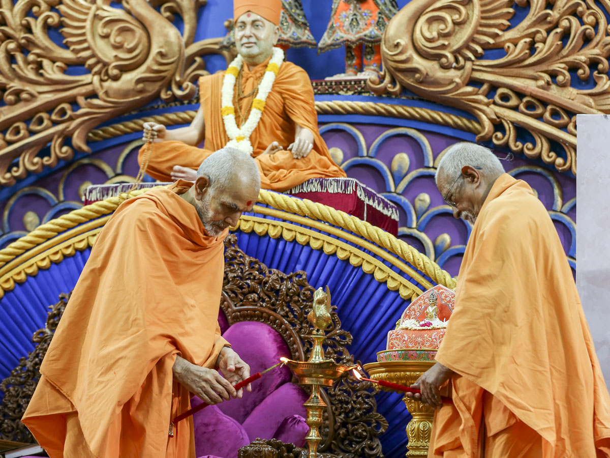Swamishri and Pujya Doctor Swami light the lamp to inaugurate the 'Mano mali chhe moti vat' Yuva Shibir 2017, Sarangpur, 3 June 2017
