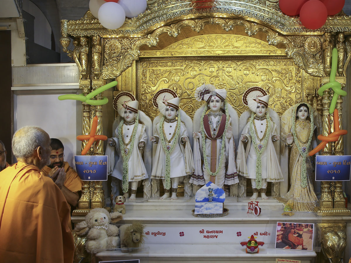 Swamishri engrossed in darshan of Thakorji, 4 Jun 2017