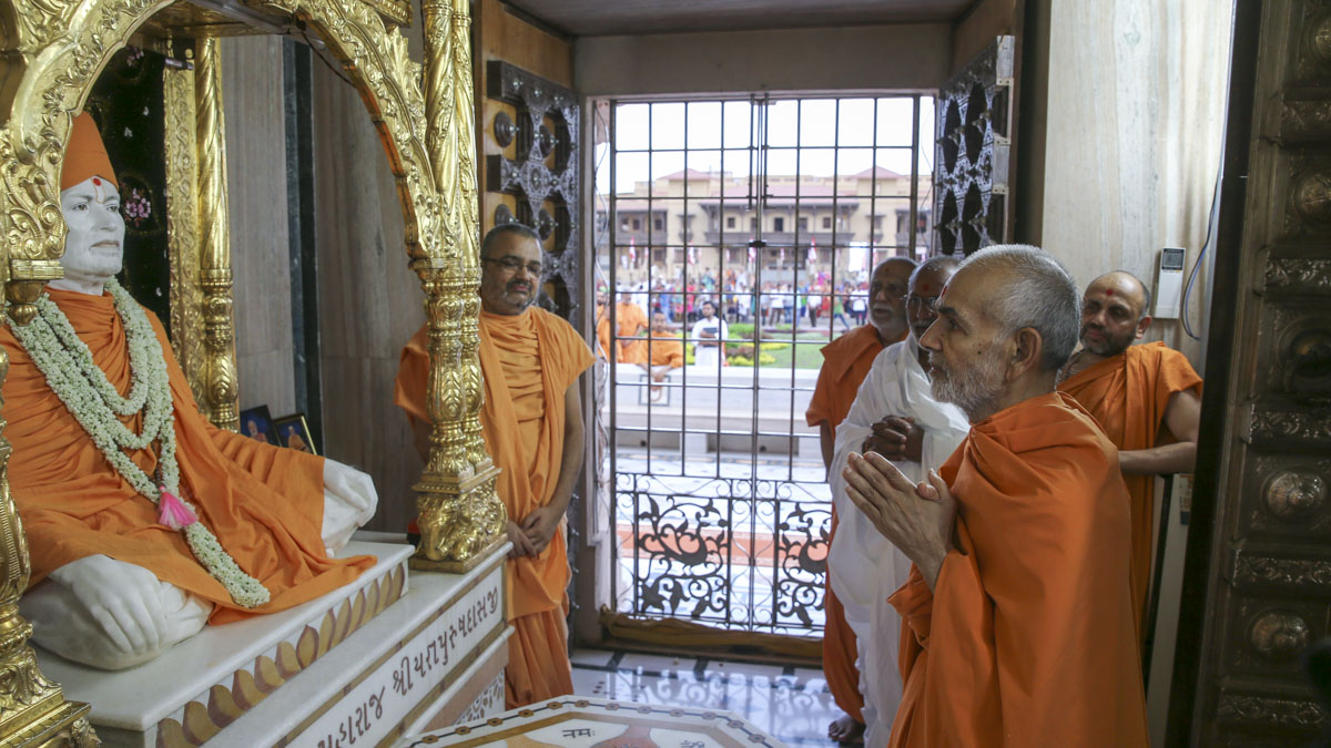 Swamishri engrossed in darshan at Shri Yagnapurush Smruti Mandir, 4 Jun 2017