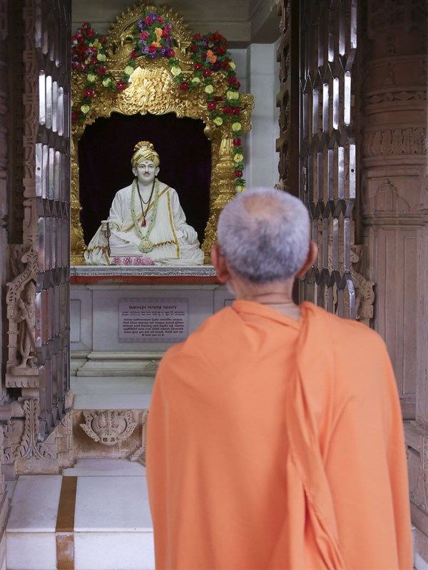 Swamishri engrossed in darshan of Brahmaswarup Bhagatji Maharaj, 4 Jun 2017