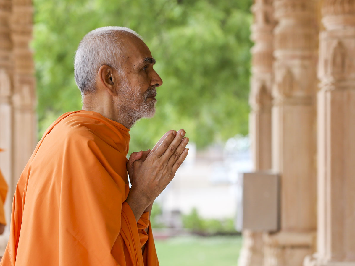 Swamishri engrossed in darshan of Shri Guru Parampara, 4 Jun 2017