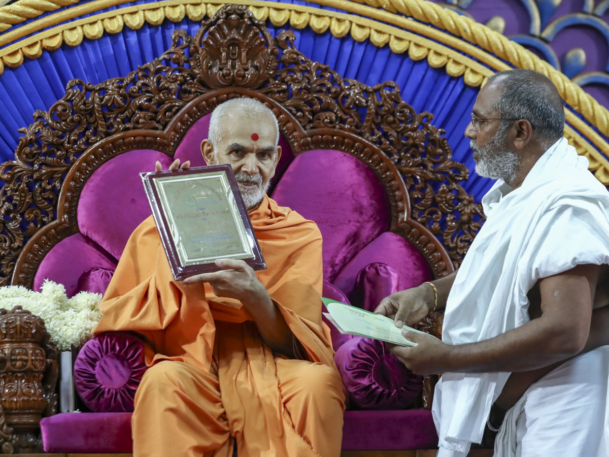 Swamishri sanctifies 'ASM Uday Ratna Award 2017' presented to Aruni Bhagat, 4 Jun 2017