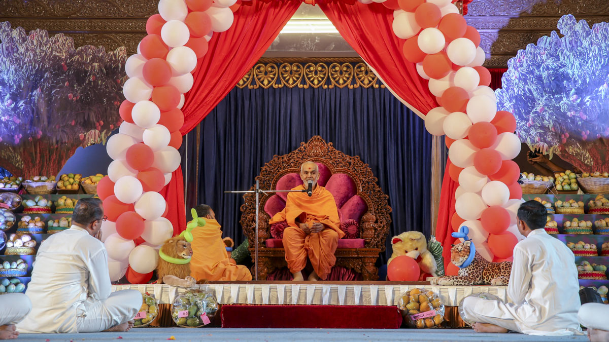 Swamishri blesses the Bal-Yuva Din assembly, 4 Jun 2017