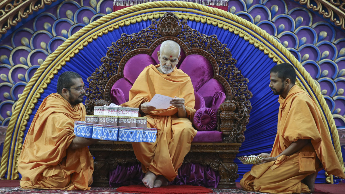 Swamishri sanctifies prayers from youths, 5 Jun 2017
