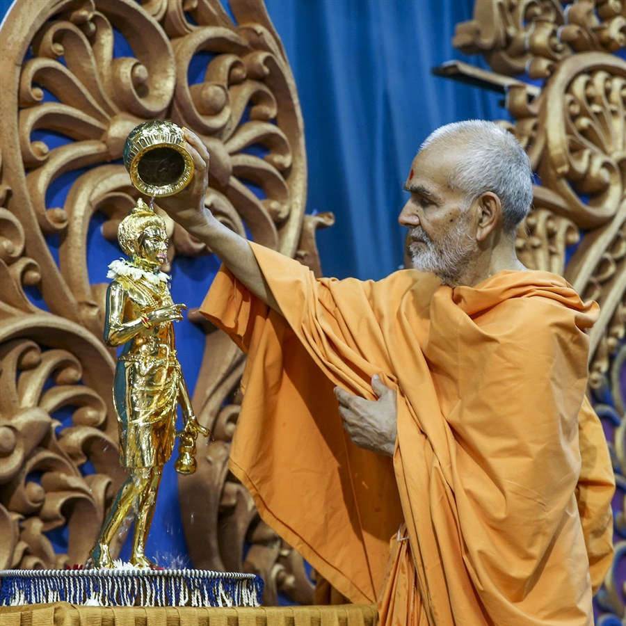 Swamishri performs abhishek of the Shri Nilkanth Varni murti for Sankari Mandir, 5 Jun 2017