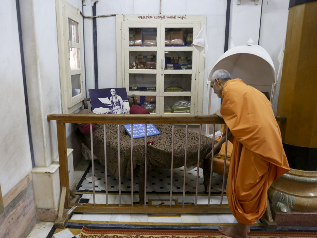 Swamishri engrossed in darshan in the Rang Mandap, 6 Jun 2017