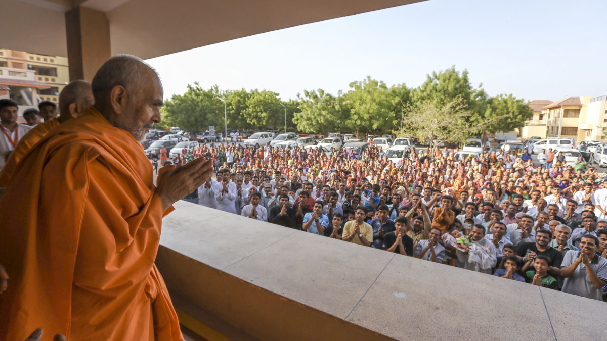 Devotees doing darshan of Swamishri, 6 Jun 2017