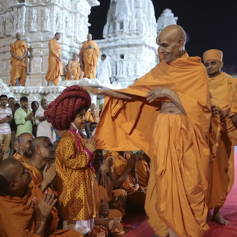 Swamishri blesses a child, 10 Jun 2017