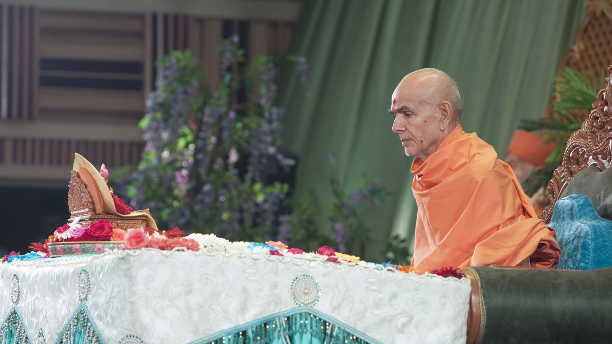 Swamishri performs his morning puja, 11 Jun 2017