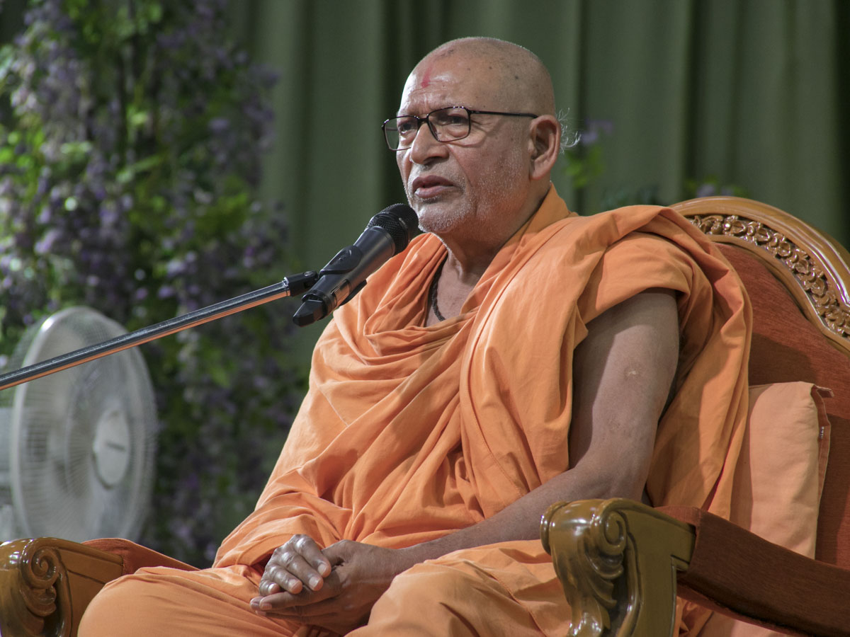 Pujya Bhaktipriya Swami (Pujya Kothari Swami) addresses the Sunday satsang assembly, 11 Jun 2017