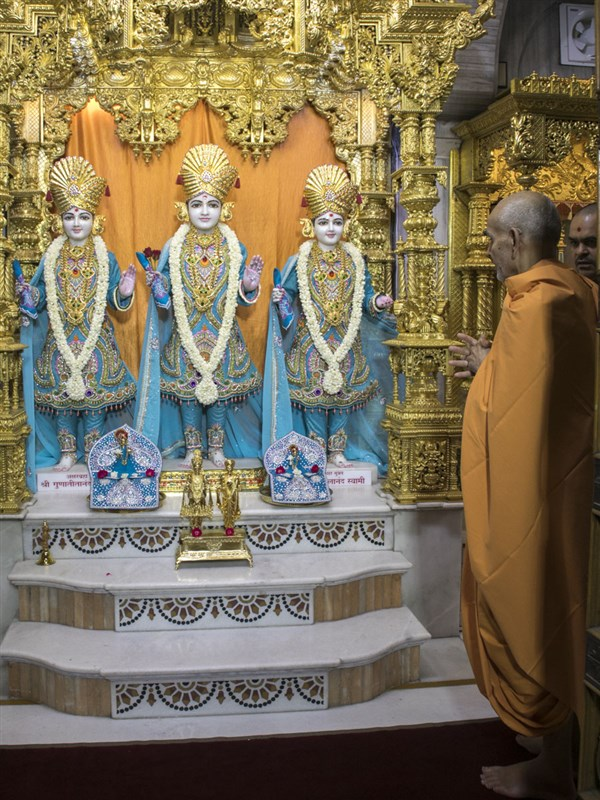 Swamishri engrossed in darshan of Thakorji, 13 Jun 2017