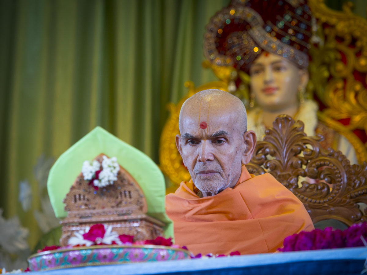Swamishri performs his morning puja, 13 Jun 2017