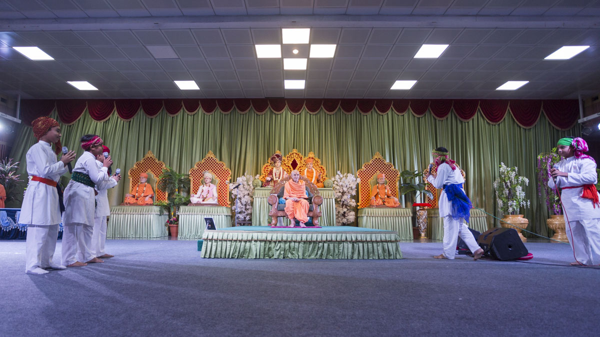 A skit presentation by children before Swamishri, 13 Jun 2017