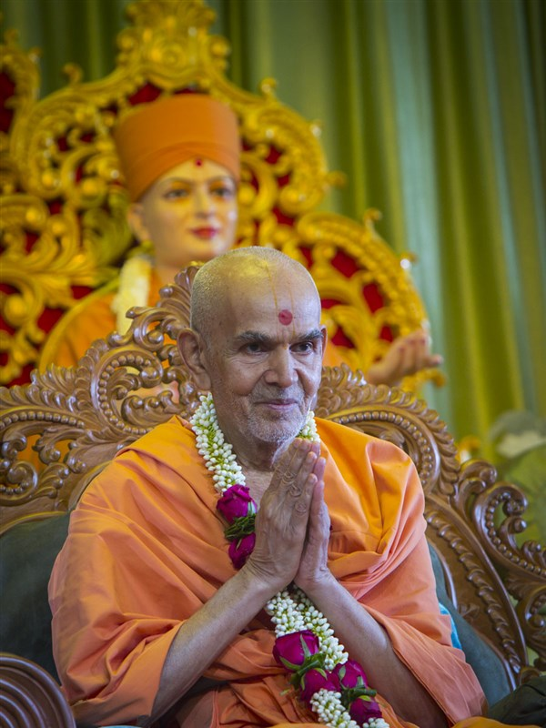 Swamishri honored with a garland, 13 Jun 2017