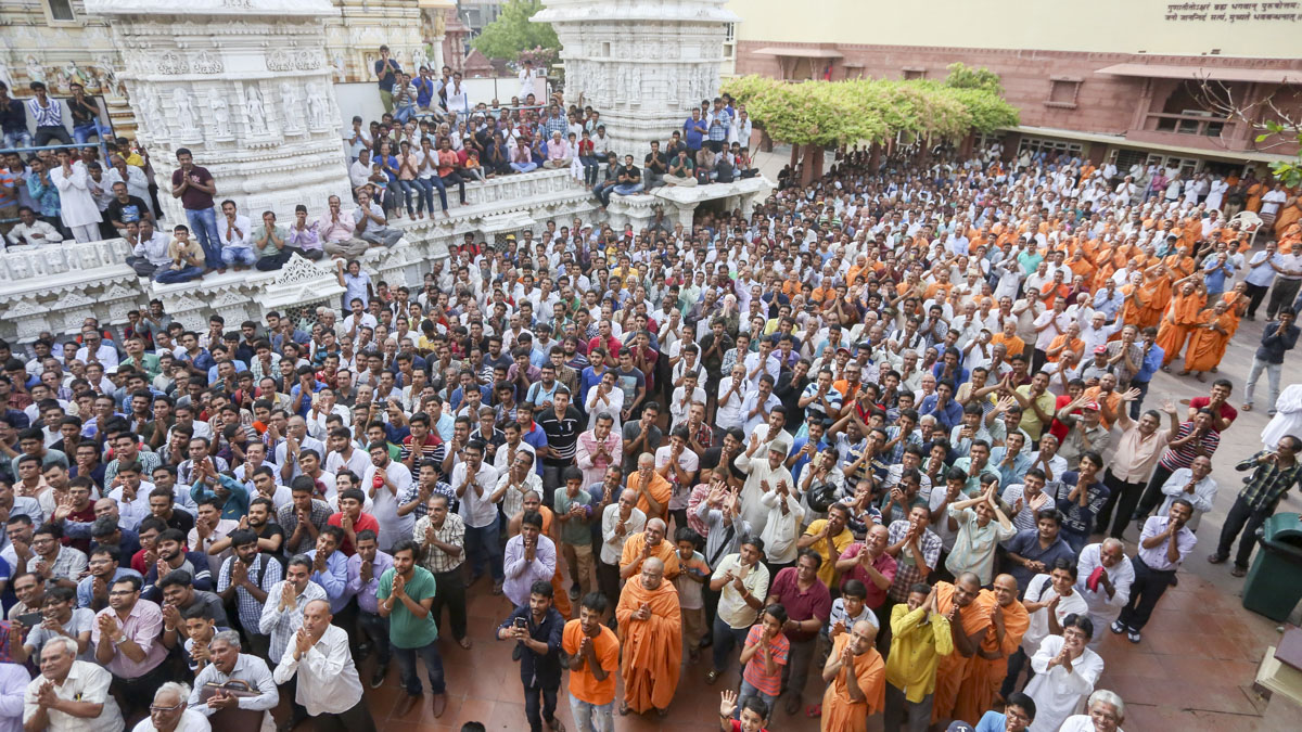 Sadhus and devotees doing darshan of Swamishri, 13 Jun 2017