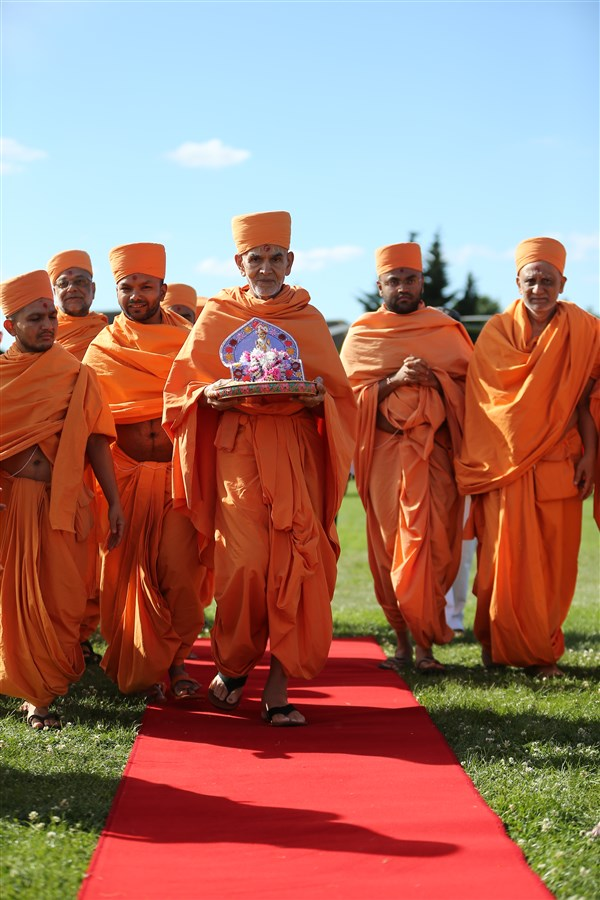 Param Pujya Mahant Swami Maharaj arrives with Shri Harikrishna Maharaj at Gibbons Recreation Ground in London