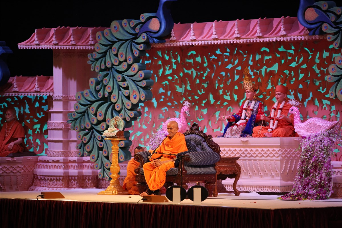 Swamishri blesses the audience in the welcome assembly