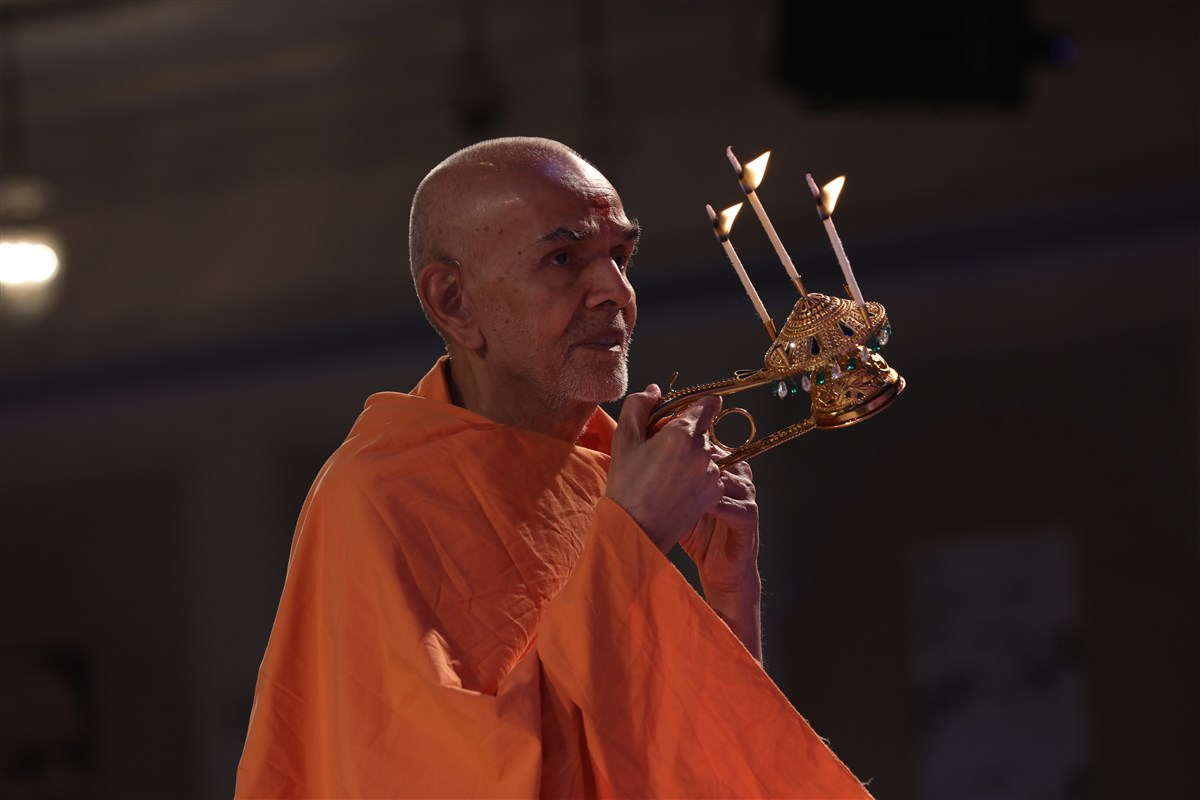 Swamishri performs evening arti in the assembly
